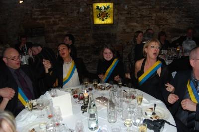 Les Dinantaises chantent en français,   ou en Wallon ?